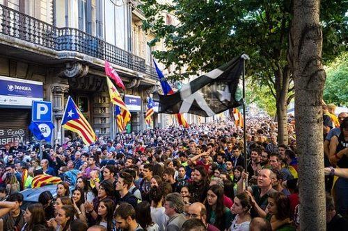 מפגינים בברצלונה לאחר מעצרם של בכירים בממשלת קטאלוניה במאמץ למנוע את משאל העם (מריוס מונטונה/ויקימדיה CC BY-SA 4.0)