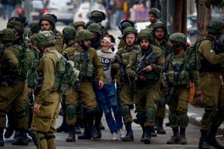 חיילים עוצרים נער פלסטיני בחברון בהפגנה בעקבות הכרזת טראמפ על ירושלים (ויסאם השלמון / פלאש90)