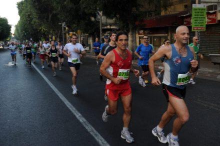 העיר שייכת לתושביה. מרתון בתל אביב, רחוב אלנבי (צילום: גילי יערי, פלאש90)