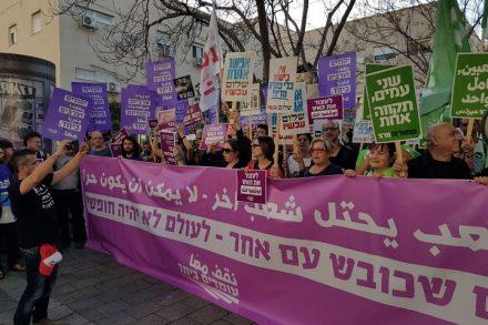 חמש מאות מפגיני שמאל מול מצודת זאב בתל אביב, במחאה על הרג המפגינים בגבול עזה. (צילום: אלון-לי גרין, עומדים ביחד)