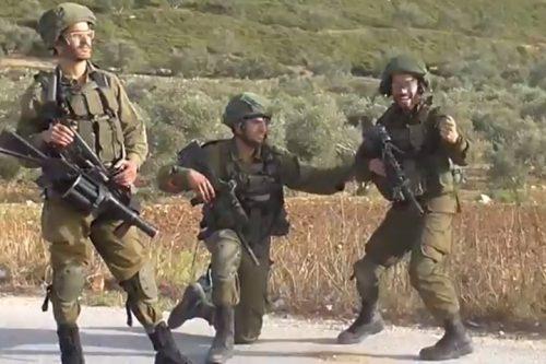 צפו: שוב חיילים חוגגים פגיעה בצעיר פלסטיני שלא מסכן אותם
