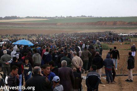"""מפגיני """"צעדת השיבה"""" ביום הראשון להפגנות לפני שנה (מוחמד זענון/אקטיבסטילס)"""