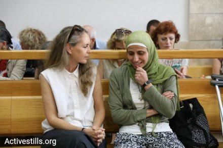"""דארין טאטור עם עו""""ד גבי לסקי בבית המשפט הבוקר. """"אם הורשעתי בטרור, זה טרור של אהבה"""" (צילום: אורן זיו/אקטיבסטילס)"""