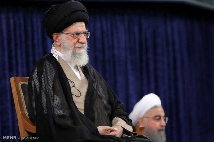 """ההחלטה של נשיא ארה""""ב לצאת מהסכם הגרעין מתקבלת בנימה של אדישות מעושה באיראן. ח'אמנהאי, המנהיג העליון של הרפובליקה והנשיא חסן רוחאני."""