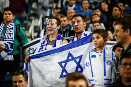 אוהדים מעודדים את נבחרת ישראל בכדורגל, מוקדמות היורו 2016 (יונתן זינדל / פלאש90)