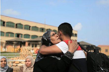 """פאדי אל-נאקלה נפרד מאמו לפני שעלה על """"משט החירות"""" הבוקר בנמל עזה (צילום: מוחמד זענון/אקטיבסטילס)"""