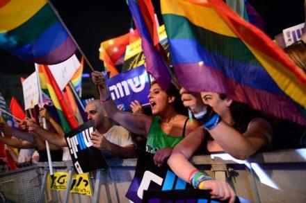 """מפגינים בהפגנת עשרות האלפים בתל אביב למען זכויות הלהט""""בים. תמיכה בהם נכנסת למשבצת הליברלית (צילום: תומר נויברג/פלאש90)"""