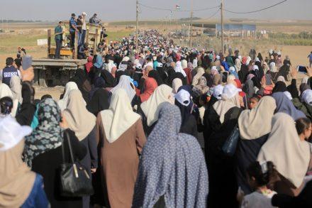 צעדת הנשים אל הגדר העזה. פעם ראשונה שהפגנה מיוחדת להן (צילום: מוחמד זאנון)