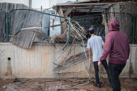 תושבים בשדרות סודקים פגיעה בבית בעיר שנפגע מרקטה. לכולם ברור שצריך הסכם מדיני (צילום: הדס פרוש/ פלאש 90)