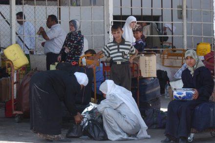 פלסטינים מחכים בתחנת האוטובוס ביריחו, ליד מעבר הגבול בין ישראל לירדן (שרון פרי / פלאש 90)