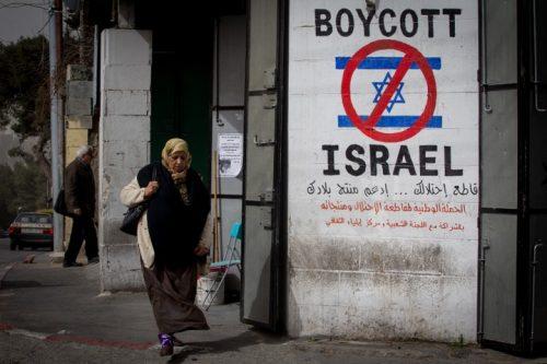 כרזה בעד חרם ברמאללה. תנועת ה-BDS כבשה את הרחוב הפלסטיני (צילום: מרים אלסטר / פלאש 90)