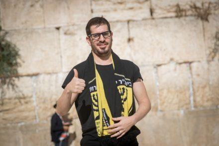 """הבעלים החדשים של בית""""ר ירושלים, משה חוגג, על רקע הכותל. כבר התחיל לפעול נגד האלימות במועדון (צילום: יונתן סינדל / פלאש 90)"""