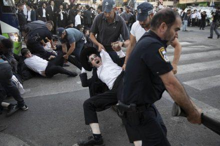 שוטרים חובטים במפגינים חרדים מהפלג הירושלמי. המפגינים מוחים על מעצרו על עריק. בני ברק 1 בנובמבר 2018 (אורן זיו / אקטיבסטילס)