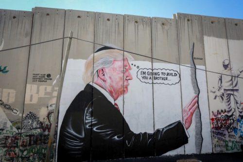 """הפלסטינים מתמודדים עם """"עסקת המאה"""" מתוך תחושה שהם לבד. דונלד טראמפ על חומת ההפרדה (פלאש 90)"""