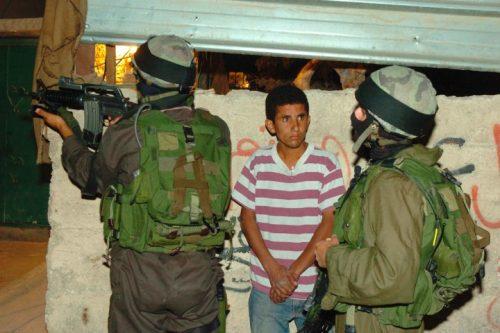 משחררים את הילדים בלילה, במחסום, באמצע שום מקום. חיילים עוצרים נער בא-זעים (צילום: נתי שוחט / פלאש 90)