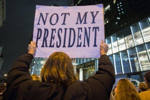 הבעיה המרכזית היא כשלון הדיל בין האזרחים למדינה. הפגנה בניו יורק נגד טראמפ אחרי בחירתו (צילום: נועם רבקין פנטון / פלאש 90)