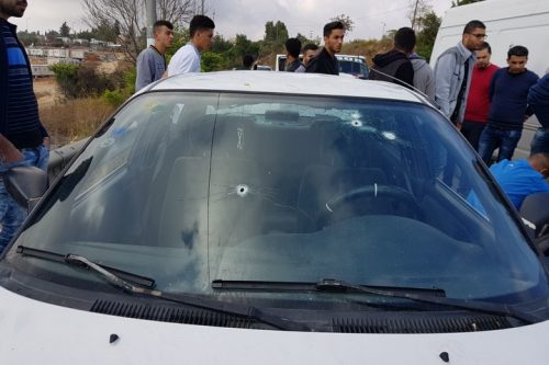 נזכרו לבקש את פרטי העד אחרי ששה חודשים. המכונית מנוקדת הכדורים שנסעו בה מוחמד מוסא ואחותו לטיפה (צילום: אחמד ח'באזי)