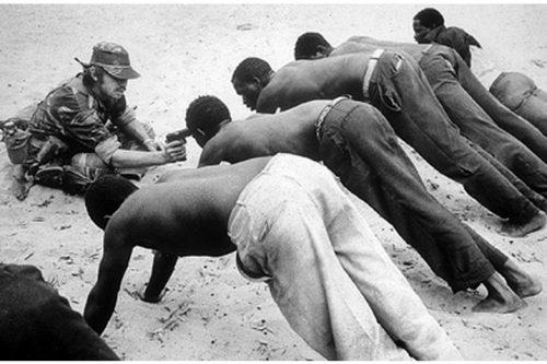 חייל הצבא רודזיה חוקר איכרים ליד הגבול עם בוטצאונה, 1977 (צילום: J. Ross Baughman, Creative Commons Attribution-Share Alike 3.0 Unported)