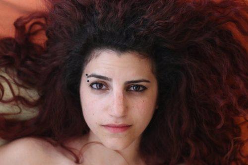 הזמרת החיפאית שלא חוששת מפיוז'ן של אהבה ופוליטיקה