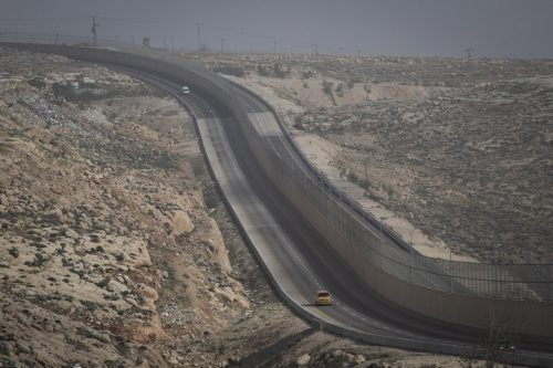 אפרטהייד סטייל: החומה שמפרידה בין נהגים ישראלים לפלסטינים