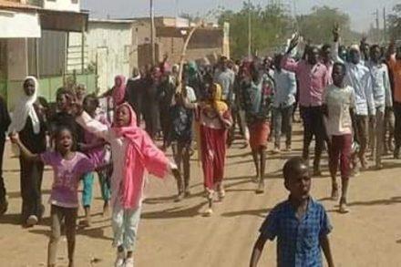 יורים עליהם אש חיה. מפגינים נגד עומר אל-בשיר בסודאן (מתוך המדיה החברתית הסודאנית)