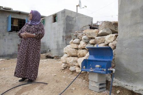 התקינו שעוני מים ואחר כך ניתקו. חסנה, תושבת מסאפר יאטא, ליד שעון המים ליד ביתה (צילום: אורן זיו / אקטיבסטילס)