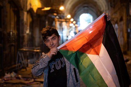 ילד פלסטיני בעיר העתיקה מניף את דגל פלסטין ביום העברת השגרירות המריקאית לירושלים. 14 במאי 2018 (דריו סנצ'ס/ פלאש 90)