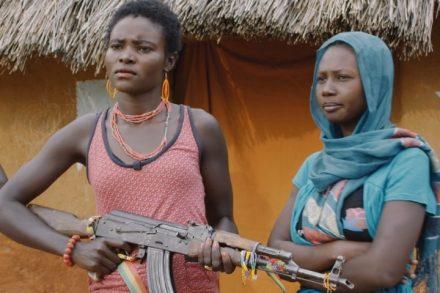 """הגיבור, חייל בצבא המורדים בסודאן, מתלבט בין הרובה שלו לאהובה שלו (מתוך הסרט """"א-קאשה"""", באדיבות פסטיבל הסרטים האפריקאי אטסיב!)"""