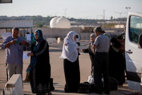 פלסטינים במעבר ארז בדרכם חזרה לעזה. (צילום: יונתן זינדל / פלאש 90)
