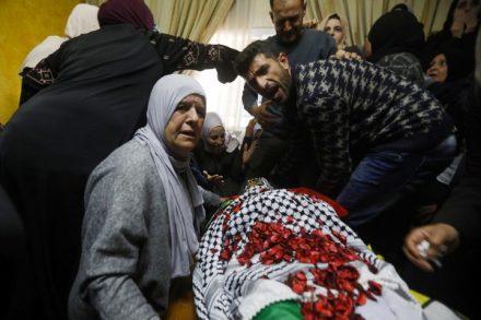 קרובי משפחתו של אחמד מנאסרה מתאבלים על מותו במהלך מסע הלוויתו בכפר פוכין. 21 במרץ 2019. מנאסרה נורה למוות על ידי חיילים בצומת אל-נשאש, בכניסה הדרומית לבית לחם, לאחר שניסה להגיש עזרה לפצוע מירי מוקדם יותר של החיילים (פלאש 90)
