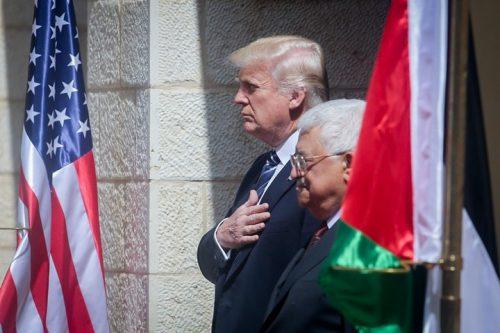 עבאס הולך בעקבות ערפאת ומגייס את דעת הקהל הערבית נגד ניסיון לכפות הסדר על הפלסטינים. טראמפ עם עבאס בעת ביקורו ברמאללה (צילום: פלאש 90)