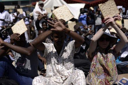 ממשלה שמחליטה לגרש את הגר הגר בתוכנו מתנכרת לאברהם אבינו ולבניו של יעקב שירדו למצרים לשבור רעב. סדר פסח במתקן חולות ב-2014 (צילום: תומר נויברג / פלאש 90)