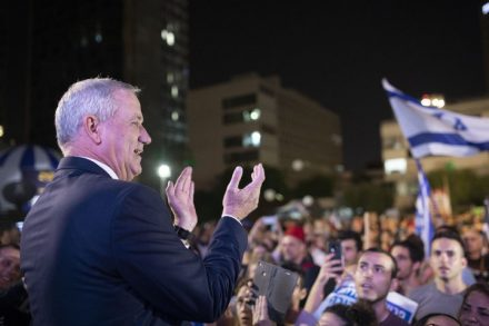 חבר הכנסת והמפגין הטרי בני גנץ על הבמה בהפגנת האופוזיציה (אורן זיו)