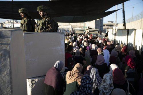 במקום לחכות שעות, המעבר במחסום לקח דקות ספורות. מחסום קלנדיה ביום שישי הראשון של רמדאן (צילום: אורן זיו / אקטיבסטילס)