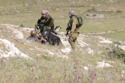 """דובר צה""""ל טען בהתחלה שהחיילים הפעילו """"כוח סביר"""". אירוע התקיפה בנבי סלאח באפריל 2015 (מתוך וידיאו, צילום מיקי קרצמן)"""