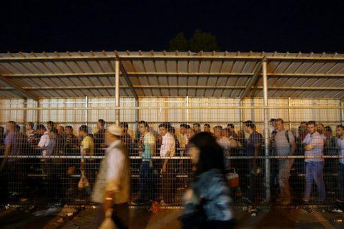 מראשית הכיבוש, פיתחה באופן שיטתי את התלות של הפלסטינים בכלכלה הישראלית. פועלים פלסטינים במחסום איל (צילום: מוחמד אל-באז / אקטיבסטילס)
