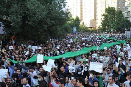 """המפגינים היו עולים לגגות, קוראים """"אללהו אכבר"""" ויורדים. מפגינים בטהראן בתמיכה ב""""תנועה הירוקה"""" של מוסאווי ב-2009. (צילום: Milad Avazbeigi CC BY-SA 2.0)"""