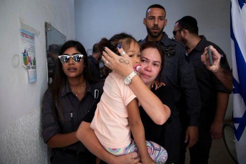 פקחי רשות האוכלוסין לוקחים למעצר את ג'רלדין אסטה, מהגרת עבודה מהפיליפינים שחיה בארץ כבר 19 שנה, ואת ילדיה (אורן זיו)