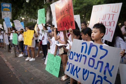 ילדים מפגינים נגד גירושם בגן מאיר (אורן זיו)