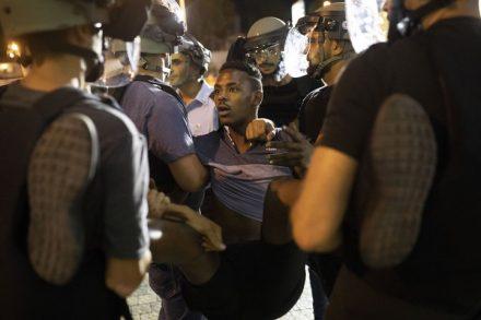מפגין מפונה על ידי שוטרים במהלך הפגנה נגד אלימות משטרתית בתל אביב בעקבות הריגתו של סלמון טקה בידי שוטר. 2 ביולי 2019 (אורן זיו)