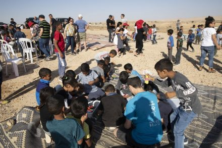 המאבק הערבי-יהודי הצליח הפעם. ילדי ירוחם וילדי רח'מה באירוע משותף למען הקמת בית הספר (צילום: אורן זיו / אקטיבסטילס)