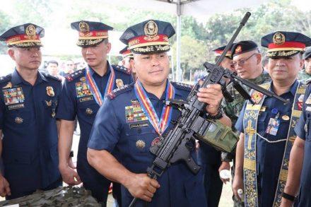 """מאז שעלה לשלטון, המשטר של הנשיא דוטרטה הוציא להורג כ-12,000 אזרחים. רונלד רוזה, מפכ""""ל המשטרה לשעבר והיום סנאטור, עם מקלע נגב תוצרת ישראל (צילום: משטרת הפיליפינים)"""