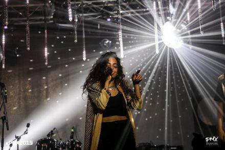 """התעקשה לשיר שיר פמיניסטי מול קהל שמרני. מייסא דאו, חברת להקת """"דאם"""", בהופעה (צילום: ואאל אבו ג'בל)"""