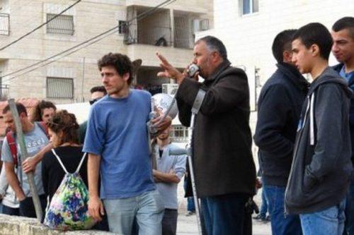 מוחמד אבו חומוס, אחד ממובילי המאבק הלא אלים בירושלים המזרחית, בהפגנה בעיסאוויה. (צילום: גיא בוטביה)