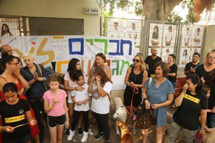 """מול כמה מבתי הספר שבהם לומדים ילדים המיועדים לגירוש נערכו מחאות של תלמידים והורים. מחאה בכניסה לבי""""ס בלפור היום (צילום: אורן זיו / אקטיבסטילס)"""