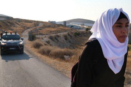 בפעם היחידה שהילדים עברו בלי ליווי ליד התנחלות מעון, הם ספגו קללות. מאז הם מעדיפים לחכות לליווי הצבאי. אנשראח בדרך לבית הספר (צילום: רחל שור)