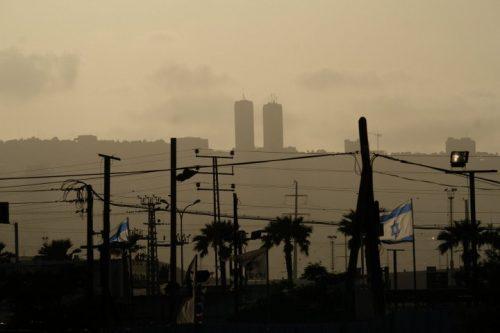 """בעלי המפעל והמשרד להגנת הסביבה לא פירטו מה יהיו השפעות הרחבת בז""""ן על הציבור. בג""""ץ יצא והגן על בריאות התושבים. זיהום באוויר במפרץ חיפה (צילום: יניב נדב / פלאש 90)"""
