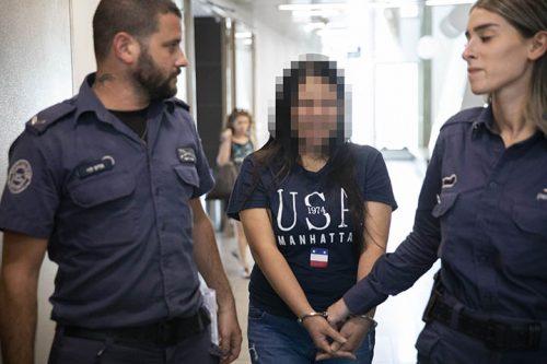 ג׳,מהגרת עבודה מהפיליפינים, שסירבה להסגיר את ילדיה לאחר שנעצרה, בבית המשפט המחוזי בתל אביב (צילום אורן זיו)
