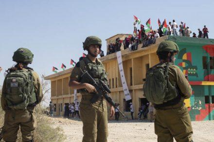 למתנחלים יש גישה חופשית למשאבי הטבע בגדה, לנו אין. חיילים על רקע המבנה בים המלח שעליו השתלטו פעילים פלסטינים, ישראליים ובינלאומיים (צילום: אורן זיו)