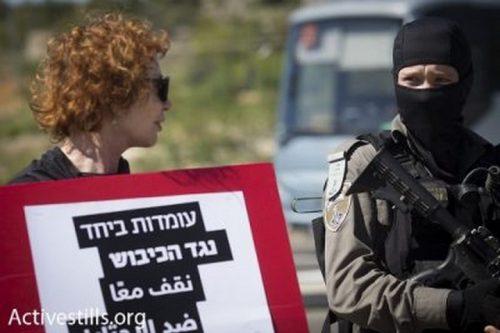 שוטר רעול פנים ומפגינה (אורן זיו / אקטיבסטילס)